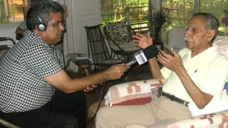पूर्व मेजर केके तिवारी से बात करते बीबीसी संवाददाता रेहान फ़ज़ल