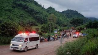 여러대의 응급차가 동굴 입구로 출동했다