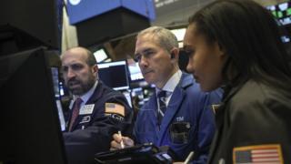 اقدامات متقابل آمریکا و چین در هفتههای اخیر بازارهای جهانی را هم متلاطم کرده، اما مقامهایی در هر دو کشور از احتمال کاهش تنشها حرف زدهاند.