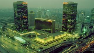 Vue du China World Trade Center de nuit à Pékin, en 2002, Chine.