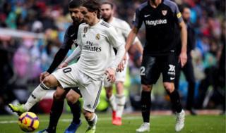 لوكا مودريتش في مباراة ريال مدريد ضد أشبيلية