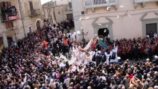 Multidão comemora Páscoa