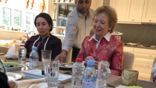 وزارت خارجه امارات عکس های مری رابینسون را در کنار شیخ لطیفه منتشر کرده است