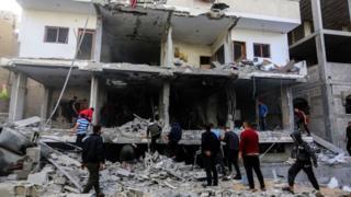 Palestinos inspeccionan el daño causado por los ataques aéreos israelíes en Rafah, Gaza, 5 de mayo de 2019