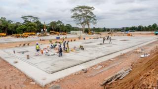 Công nhân Indonesia, hôm 20/3, tại công trình xây bệnh viện chuyên chữa trị người bị lây nhiễm COVID-19 tại trại tị nạn của thuyền nhân Việt Nam ngày xưa trên đảo Galang, Batam, quần đảo Riau.