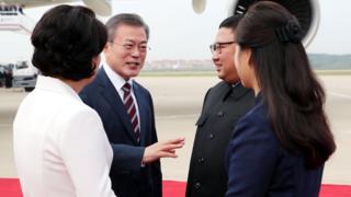 Корејски лидери и њихове супруге на аеродтому у Пјонгјангу