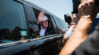 Trump en una limusina asediado por fotógrafos