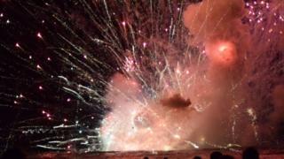 上千人期待的新年烟火变成一场惊悚秀。