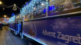 Чувени плави загребачки трамваји такође су пригодно окићени и осветљени