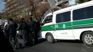 برخورد پلیس با معترضان با ادامه زندان رضا شهابی