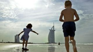 Crianças na praia em Dubai