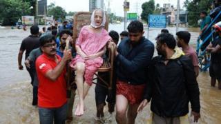கேரளா வெள்ளம்: ஒரே நாளில் 33 பேர் உயிரிழப்பு