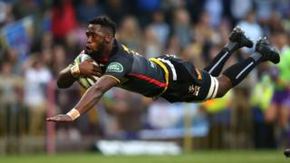 Siya Kolisi, le capitaine des Stormers en Afrique du Sud, marque l'essai d'ouverture lors du match de Super Rugby entre son équipe et les Crusaders.