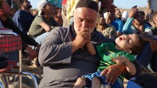 نازحون ينتظرون قرب الحدود الأردنية بعد الفرار من محافظة درعا التي تشهد حملة عسكرية سورية للسيطرة عليها
