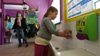 Girl washes her hands in Saint-Aubin-du-Cormier (07/05/20)