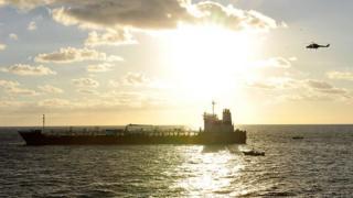 Barco de carga en el mar.