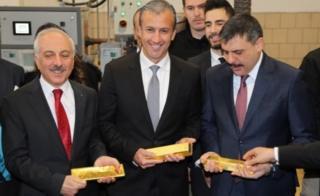 Венесуэльский вице-президент Эль Айссами (в центре), посещал турецкий аффинажный завод в январе