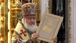 """Патриарх Кирилл держит в руках """"Грамоту"""""""
