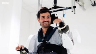 Паралізований пацієнт в екзоскелеті