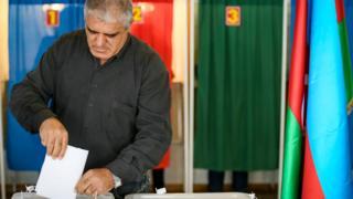 Мужчина голосует в ходе референдума в Азербайджане