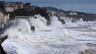 Una pared de agua formada en la costa de Dawlish, en el sur de Inglaterra.