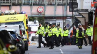 Policía y bomberos en las afueras del metro de Londres