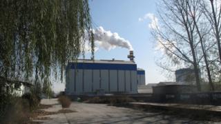 Fumaça em uma chaminé de fábrica em Zibo, na China