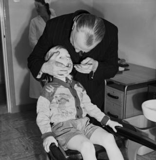5岁的戴维·赫斯特在伦敦新开的LCC伍德拜里保健中心轻症诊所治牙。