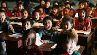 中国近年持续提高教育投资,但发达城市和偏远乡村之间教育水平的差异仍相差甚远。