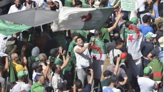 """فيديو """"أنا مع الدكتاتورية"""" في الجزائر يثير السخرية والتساؤل: كيف وصلت إلى لجنة الحوار"""