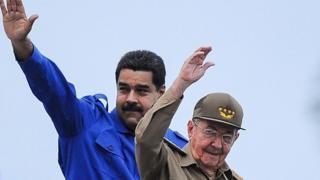 Presidente da Venezuela, Nicolás Maduro (à esquerda), posa ao lado do chefe de estado cubano, Raúl Castro