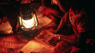 Pikin for Mali dey use oil lamp to read