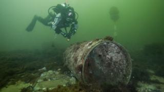 Pesquisadores do projeto UDEMM do Geomar Centro Helmholtz para Pesquisa Oceânica analisam impactos de substâncias tóxicas liberadas por munições da Segunda Guerra no Mar Báltico