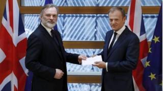 英國駐歐盟大使巴羅,向歐洲理事會主席圖斯克,呈交首相特里莎·梅簽署的脫歐信函