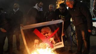 آتش زدن عکس ترامپ در میدانی در شهر بیت لحم - دسامبر ۲۰۱۷