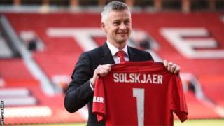 Ku wa kane w'iki cyumweru, Ole Gunnar Solskjaer yashyize umukono kuri kontaro y'imyaka itatu atoza Manchester United
