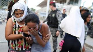 Parentes de presos na frente do presídio em Manaus