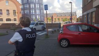 Женщина-полицейский возле места нападения