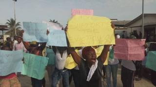 Group of Nembe community members wey dey protest.