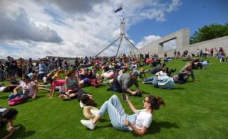 Сотни австралийцев выступили против строительства забора у парламента страны, прокатившись по всенародно любимым лужайкам парламентского парка
