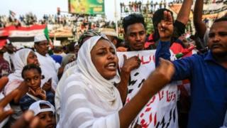محتجون في ساحة الاعتصام