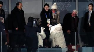 Kim Yo-jong saluda a Moon Jae-in en PyeongChang.