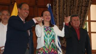 The chief of Colombia's government delegation Juan Camilo Restrepo (left), Ecuadorian Foreign Minister Maria Fernanda Espinosa (centre) and ELN's representative Pablo Beltran (right) pose during a press conference in Quito, Ecuador. Photo: 4 September 2017