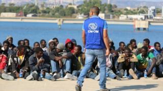 Mediador da OIM Ahmed Mahmoud em Lampedusa, na Itália, durante desembarque de migrantes