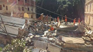 Bombeiros fazem resgate nos prédios desabados no Rio de Janeiro
