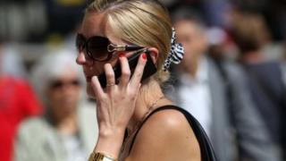 Qadın telefonla danışır