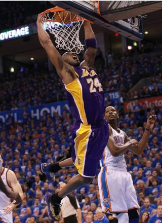 Kobe Bryant dunks at the last game of his career.