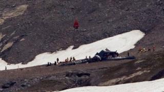 Спасатели возле разрушенного самолета