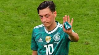 """أعلن أوزيل اعتزاله اللعب الدولي بسبب ما وصفه بـ """"العنصرية وعدم الاحترام"""" داخل كرة القدم الألمانية"""