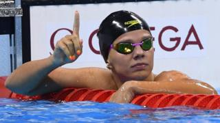 La nadadora rusa Yulia Efimova hace el gesto de número uno después de ganar la primera semifinal de la categoría de 100 metros pecho femenino.